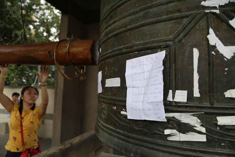 Dân Sài Gòn xếp hàng gõ chuông chùa rằm tháng Giêng - ảnh 8