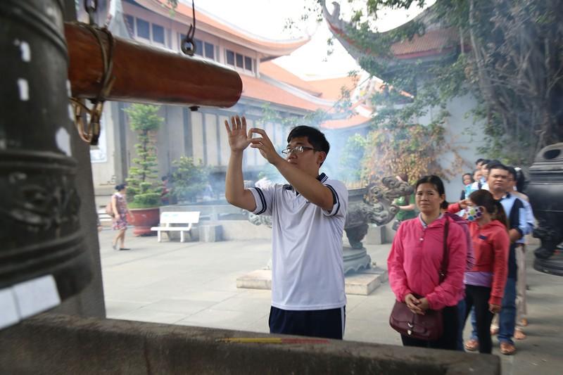 Dân Sài Gòn xếp hàng gõ chuông chùa rằm tháng Giêng - ảnh 9