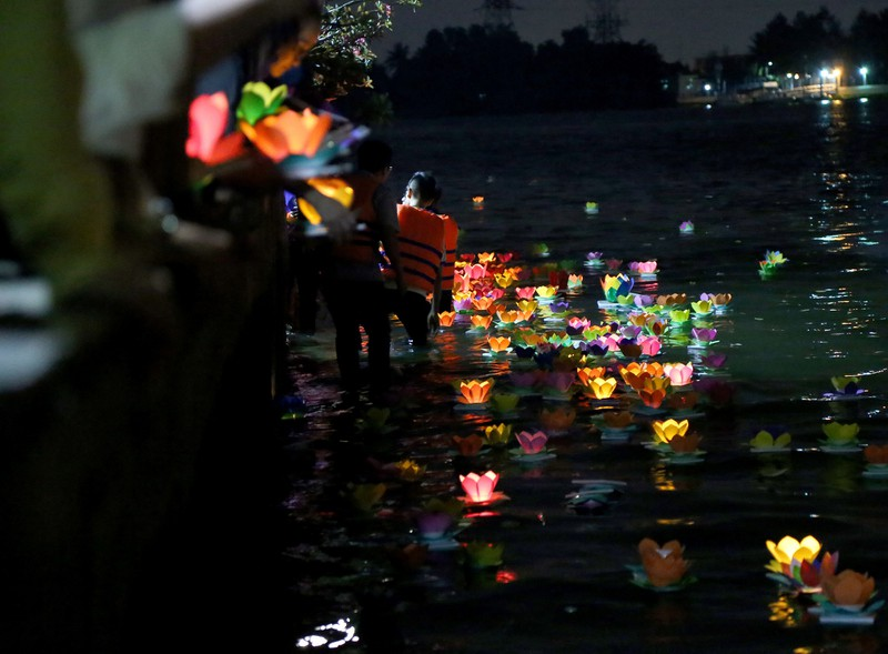 Hoa đăng rực sáng sông Sài Gòn đêm rằm tháng Giêng - ảnh 10