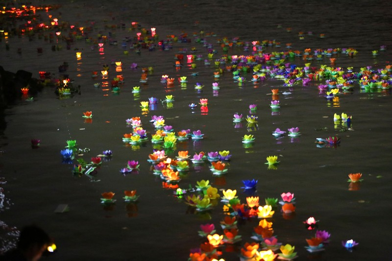 Hoa đăng rực sáng sông Sài Gòn đêm rằm tháng Giêng - ảnh 11