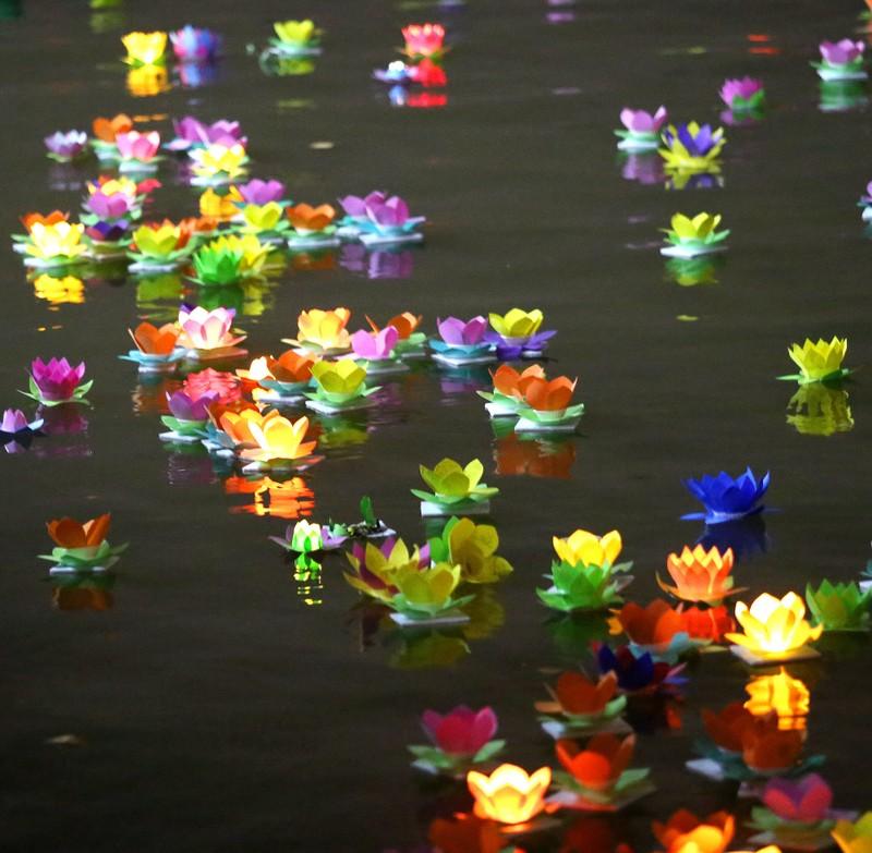 Hoa đăng rực sáng sông Sài Gòn đêm rằm tháng Giêng - ảnh 12