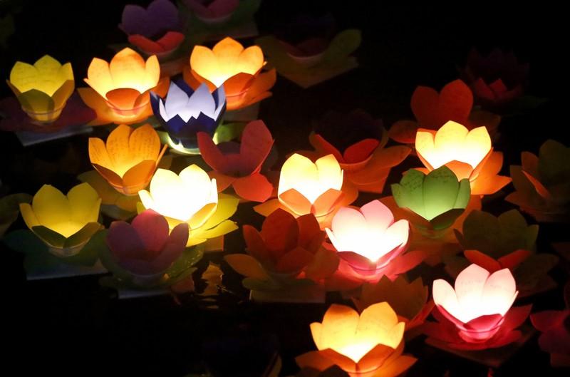 Hoa đăng rực sáng sông Sài Gòn đêm rằm tháng Giêng - ảnh 13