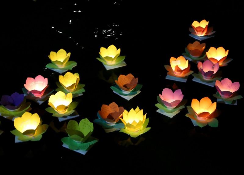 Hoa đăng rực sáng sông Sài Gòn đêm rằm tháng Giêng - ảnh 14