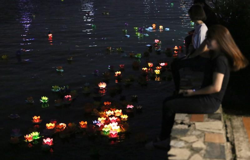 Hoa đăng rực sáng sông Sài Gòn đêm rằm tháng Giêng - ảnh 15