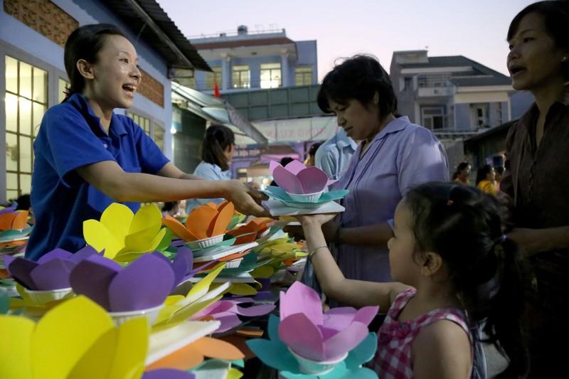 Hoa đăng rực sáng sông Sài Gòn đêm rằm tháng Giêng - ảnh 1