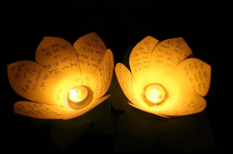 Hoa đăng rực sáng sông Sài Gòn đêm rằm tháng Giêng - ảnh 3