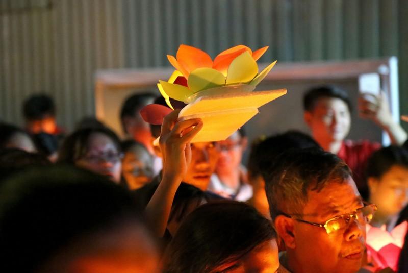 Hoa đăng rực sáng sông Sài Gòn đêm rằm tháng Giêng - ảnh 7