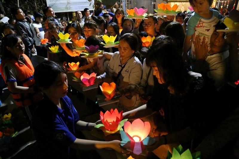 Hoa đăng rực sáng sông Sài Gòn đêm rằm tháng Giêng - ảnh 8