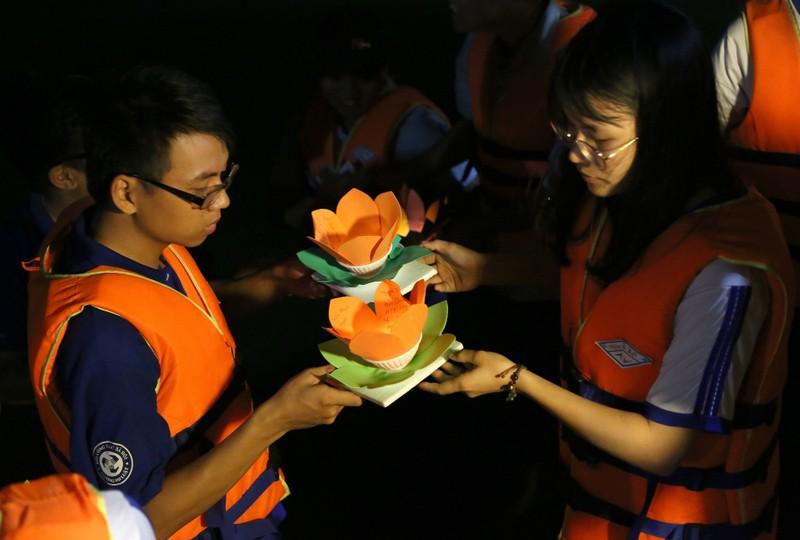 Hoa đăng rực sáng sông Sài Gòn đêm rằm tháng Giêng - ảnh 9