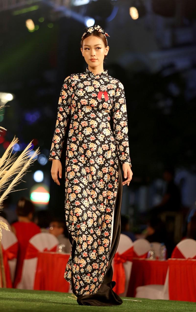 Áo dài 'Cô Bông Sài Gòn' đổ bộ sàn diễn phố Nguyễn Huệ - ảnh 10