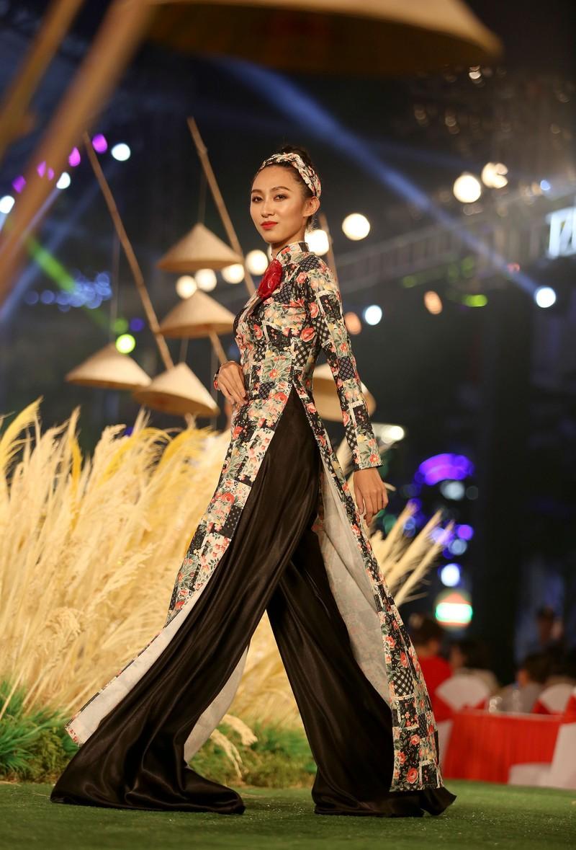 Áo dài 'Cô Bông Sài Gòn' đổ bộ sàn diễn phố Nguyễn Huệ - ảnh 11