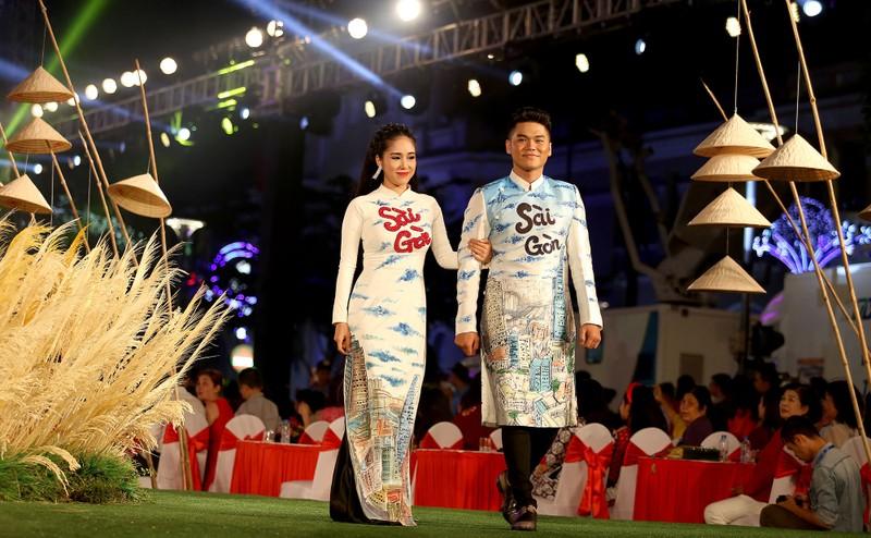 Áo dài 'Cô Bông Sài Gòn' đổ bộ sàn diễn phố Nguyễn Huệ - ảnh 1