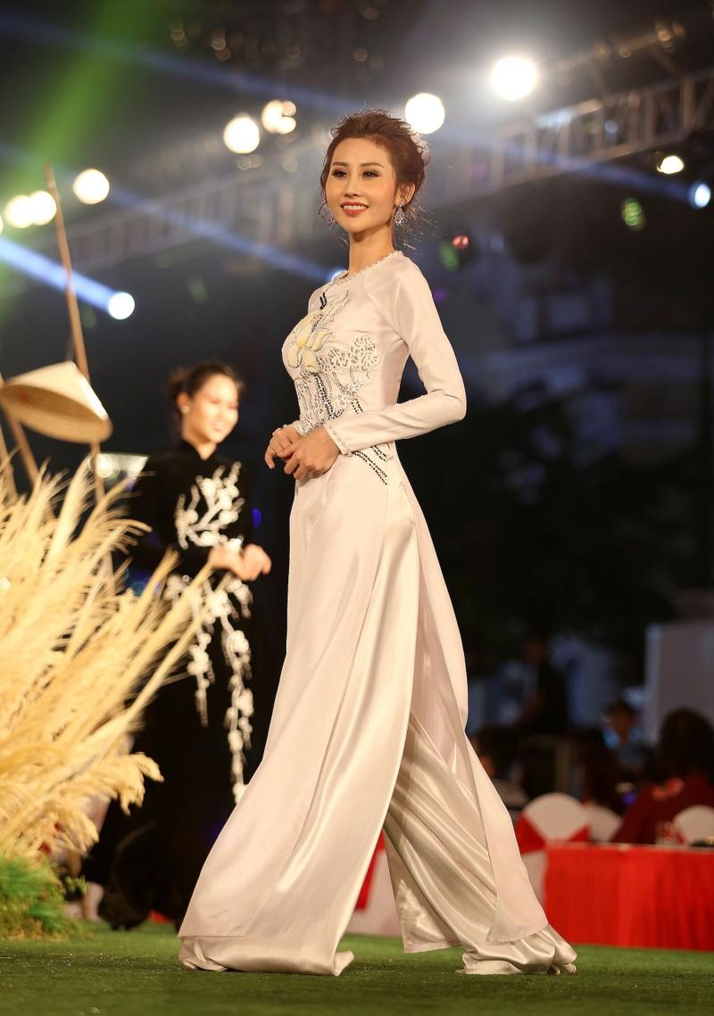 Áo dài 'Cô Bông Sài Gòn' đổ bộ sàn diễn phố Nguyễn Huệ - ảnh 2