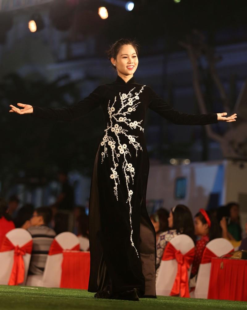 Áo dài 'Cô Bông Sài Gòn' đổ bộ sàn diễn phố Nguyễn Huệ - ảnh 3