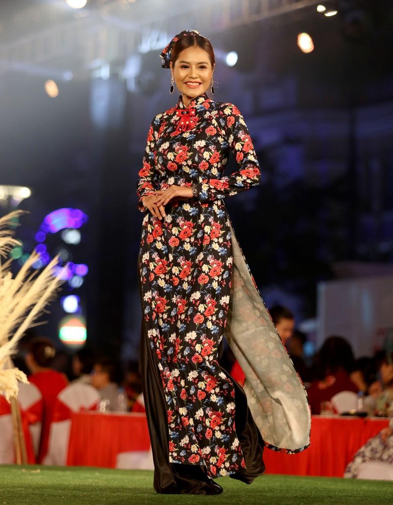 Áo dài 'Cô Bông Sài Gòn' đổ bộ sàn diễn phố Nguyễn Huệ - ảnh 4