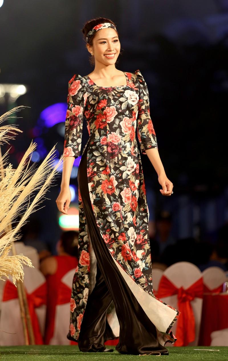 Áo dài 'Cô Bông Sài Gòn' đổ bộ sàn diễn phố Nguyễn Huệ - ảnh 5