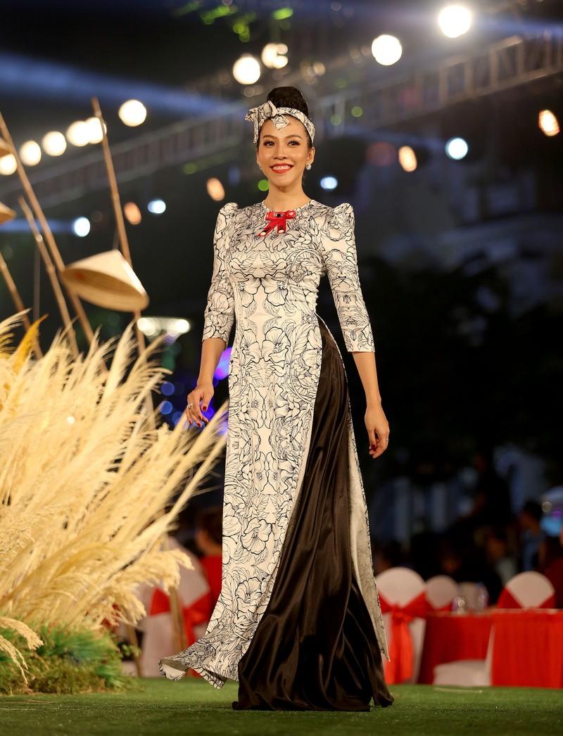 Áo dài 'Cô Bông Sài Gòn' đổ bộ sàn diễn phố Nguyễn Huệ - ảnh 6