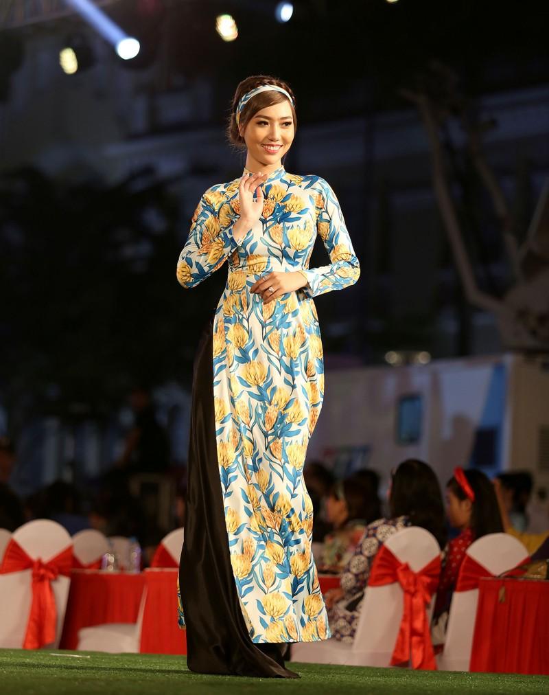 Áo dài 'Cô Bông Sài Gòn' đổ bộ sàn diễn phố Nguyễn Huệ - ảnh 7