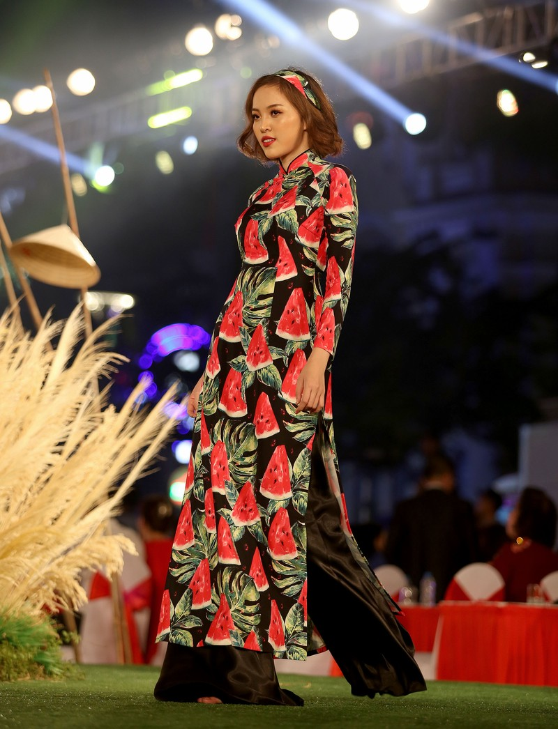 Áo dài 'Cô Bông Sài Gòn' đổ bộ sàn diễn phố Nguyễn Huệ - ảnh 8