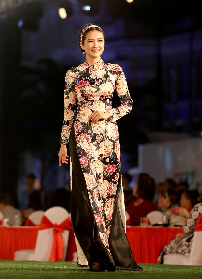 Áo dài 'Cô Bông Sài Gòn' đổ bộ sàn diễn phố Nguyễn Huệ - ảnh 9