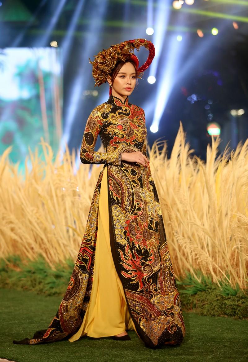 'Hồn Việt' hội tụ trong tà áo dài của NTK Tuấn Hải - ảnh 11
