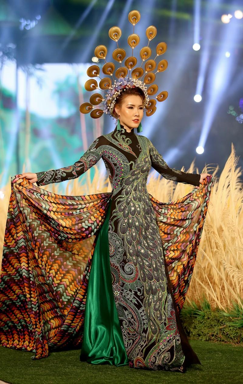 'Hồn Việt' hội tụ trong tà áo dài của NTK Tuấn Hải - ảnh 12