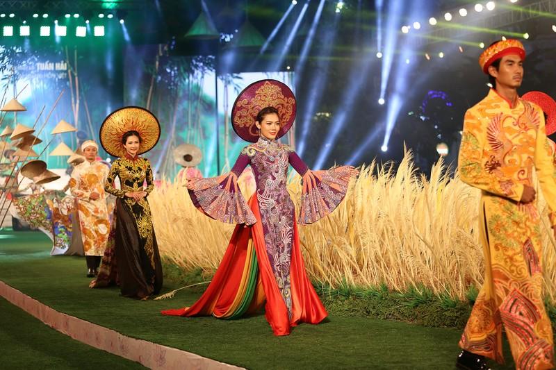 'Hồn Việt' hội tụ trong tà áo dài của NTK Tuấn Hải - ảnh 1