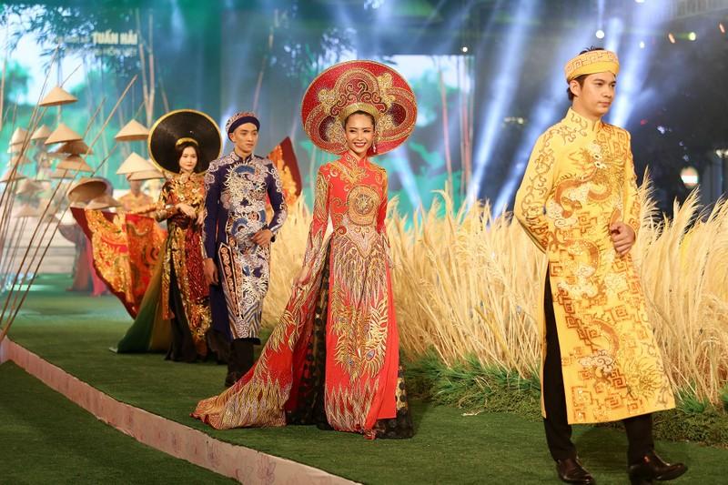 'Hồn Việt' hội tụ trong tà áo dài của NTK Tuấn Hải - ảnh 4