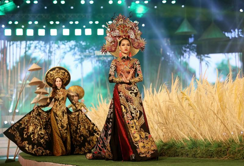 'Hồn Việt' hội tụ trong tà áo dài của NTK Tuấn Hải - ảnh 5