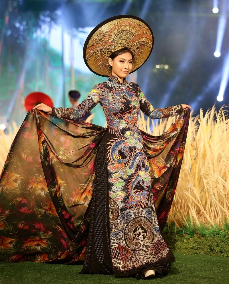 'Hồn Việt' hội tụ trong tà áo dài của NTK Tuấn Hải - ảnh 7