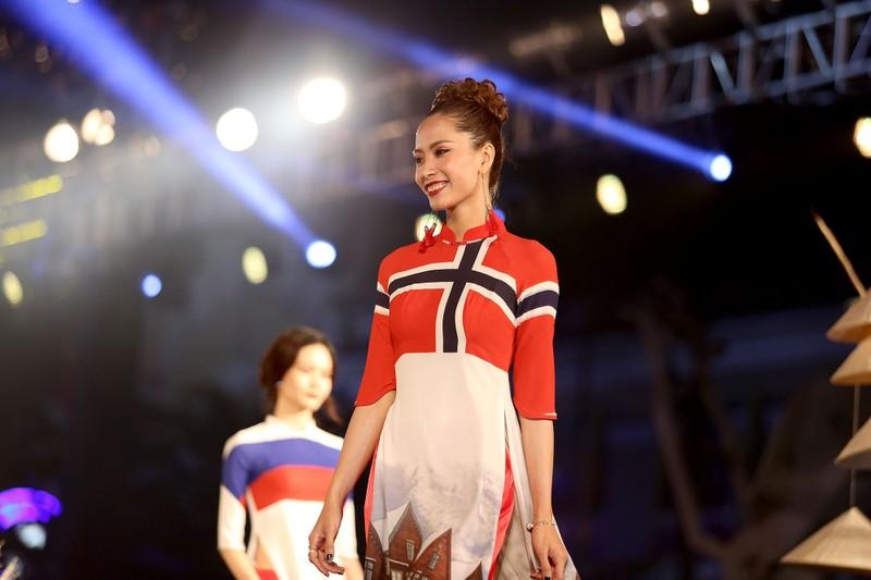 Cả thế giới hiện lên qua áo dài của Đỗ Trịnh Hoài Nam - ảnh 12