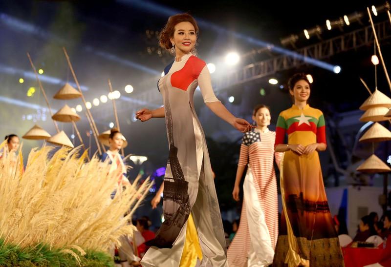 Cả thế giới hiện lên qua áo dài của Đỗ Trịnh Hoài Nam - ảnh 1
