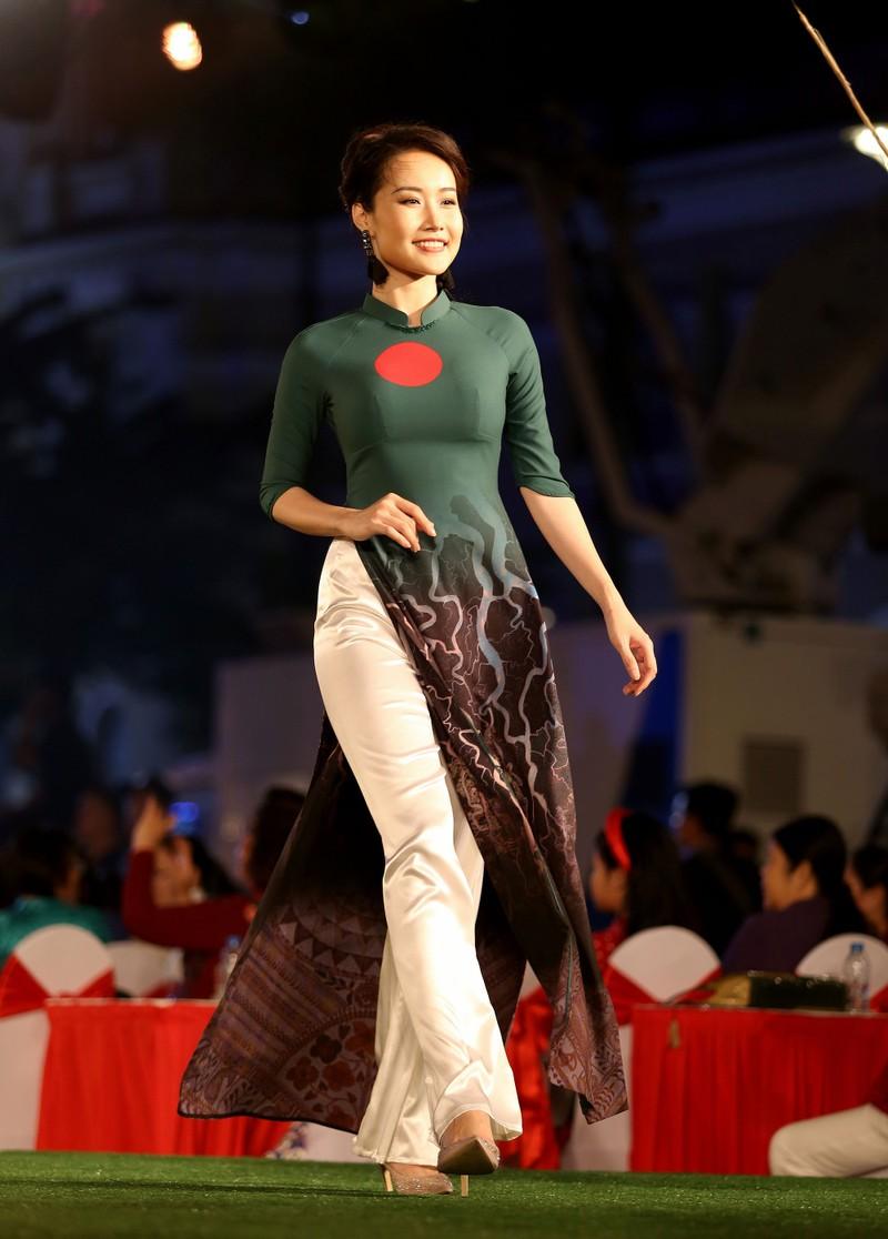 Cả thế giới hiện lên qua áo dài của Đỗ Trịnh Hoài Nam - ảnh 2