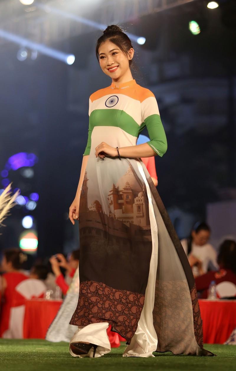Cả thế giới hiện lên qua áo dài của Đỗ Trịnh Hoài Nam - ảnh 3