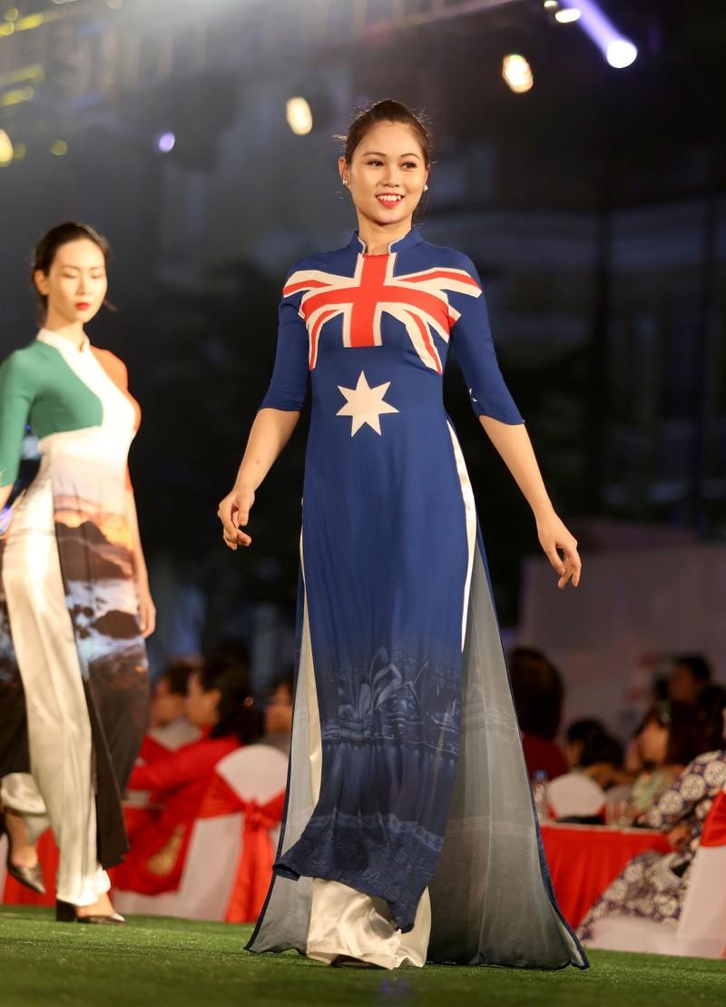 Cả thế giới hiện lên qua áo dài của Đỗ Trịnh Hoài Nam - ảnh 9