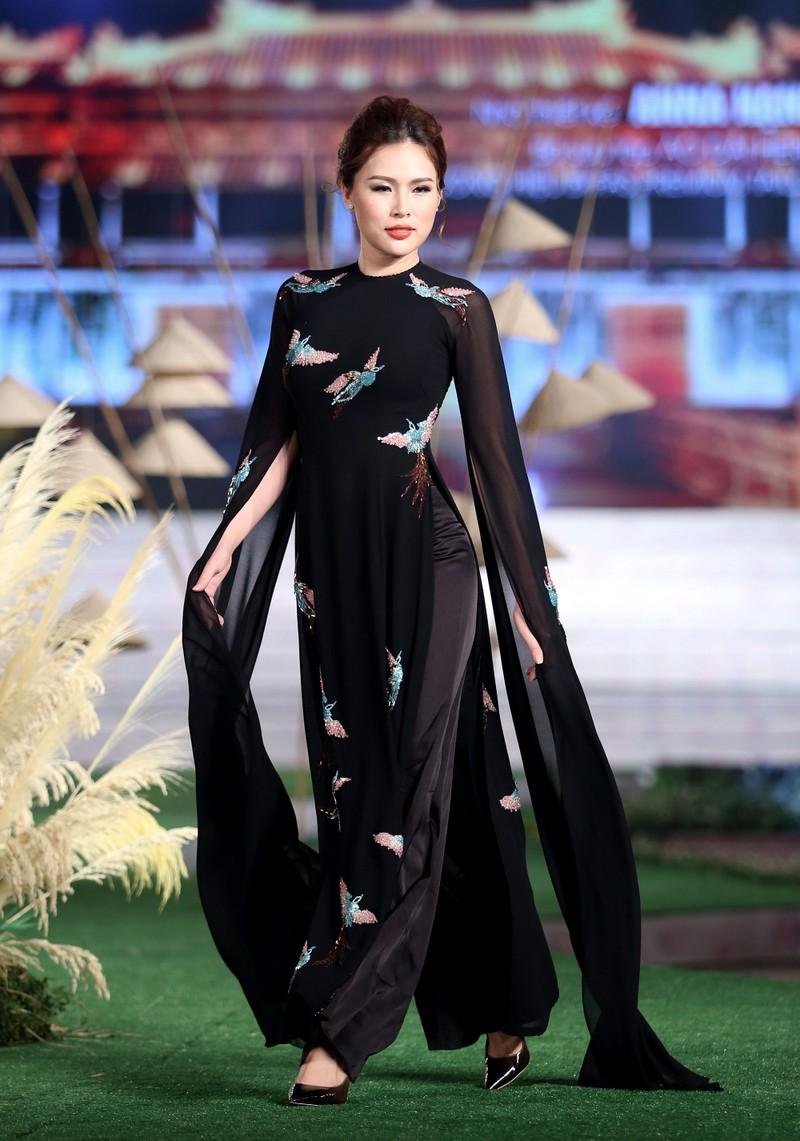 Ngắm dàn người mẫu diễn áo dài trên phố đi bộ - ảnh 10