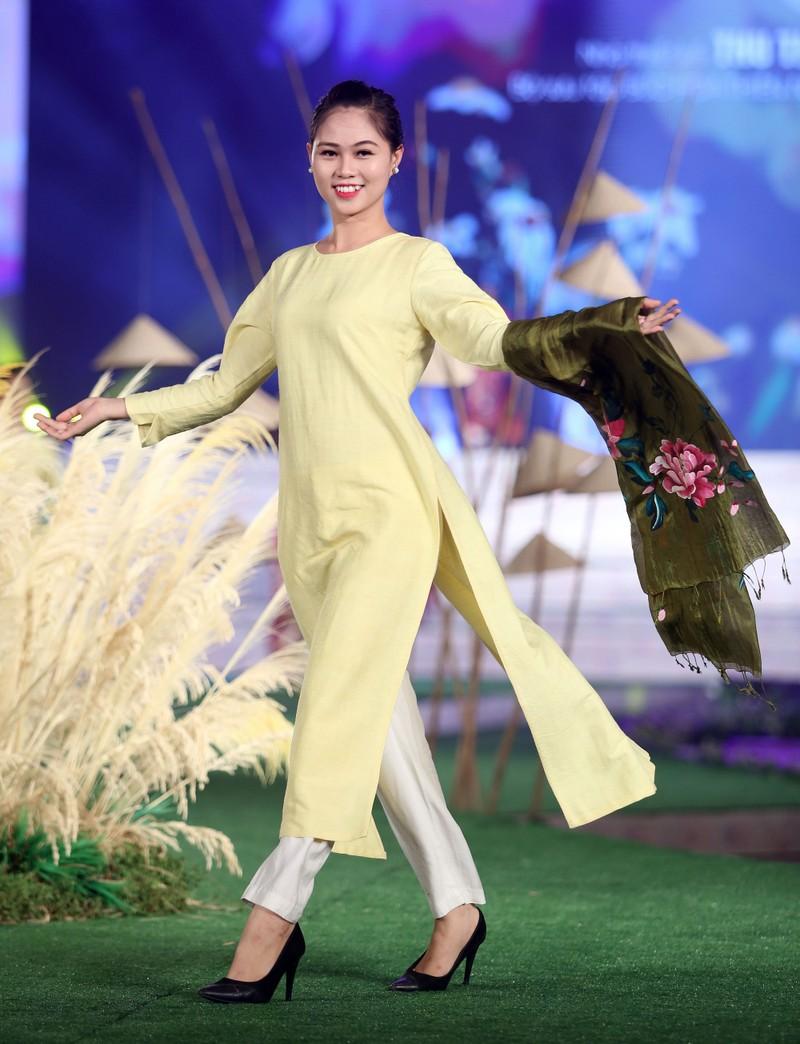 Ngắm dàn người mẫu diễn áo dài trên phố đi bộ - ảnh 4