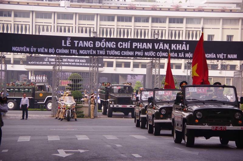 Hình ảnh xúc động trong lễ tang cố TT Phan Văn Khải - ảnh 8