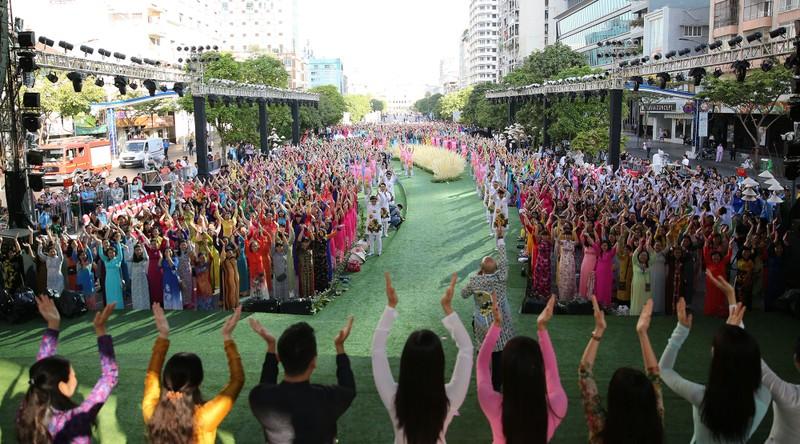 Hơn 100.000 người hưởng ứng Lễ hội áo dài TP.HCM 2018  - ảnh 1