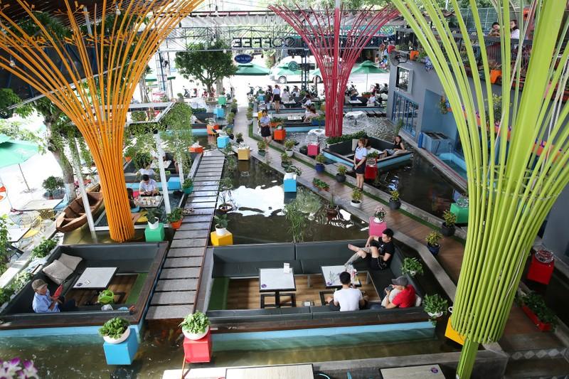 Trải nghiệm uống cà phê giữa hồ cá Koi tiền tỉ ở Sài Gòn - ảnh 1