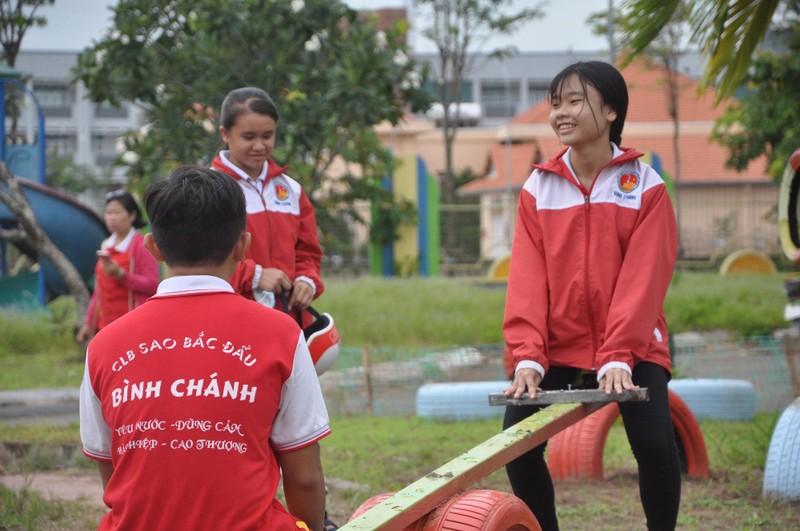 Cận cảnh sân chơi từ rác tái chế cho trẻ em ngoại thành - ảnh 10