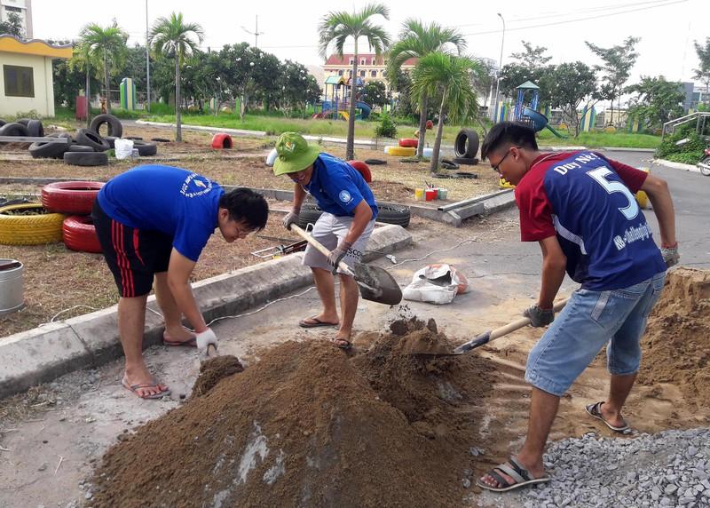 Cận cảnh sân chơi từ rác tái chế cho trẻ em ngoại thành - ảnh 1