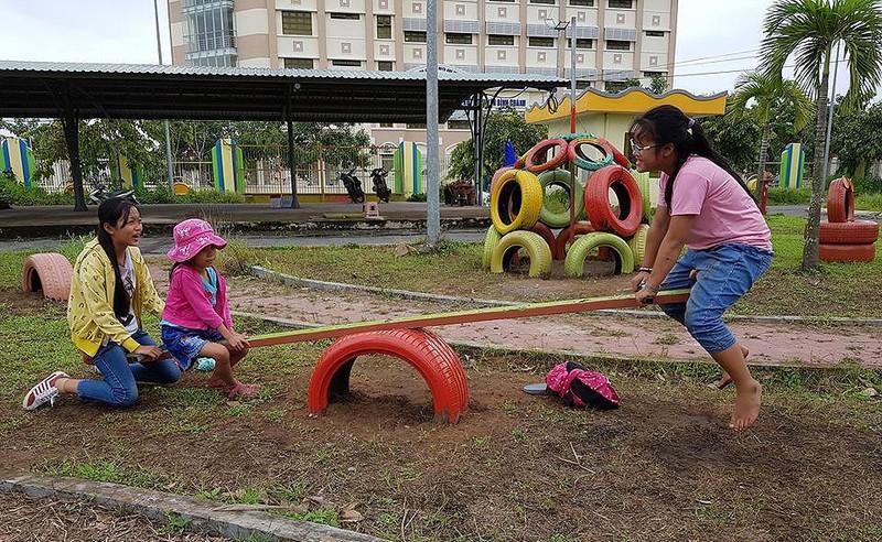 Cận cảnh sân chơi từ rác tái chế cho trẻ em ngoại thành - ảnh 5
