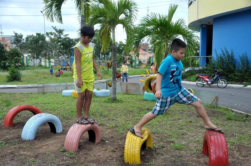 Cận cảnh sân chơi từ rác tái chế cho trẻ em ngoại thành - ảnh 8