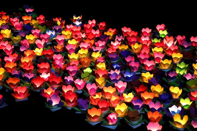 Biển người chen nhau thả hoa đăng Vu lan ở Sài Gòn - ảnh 11