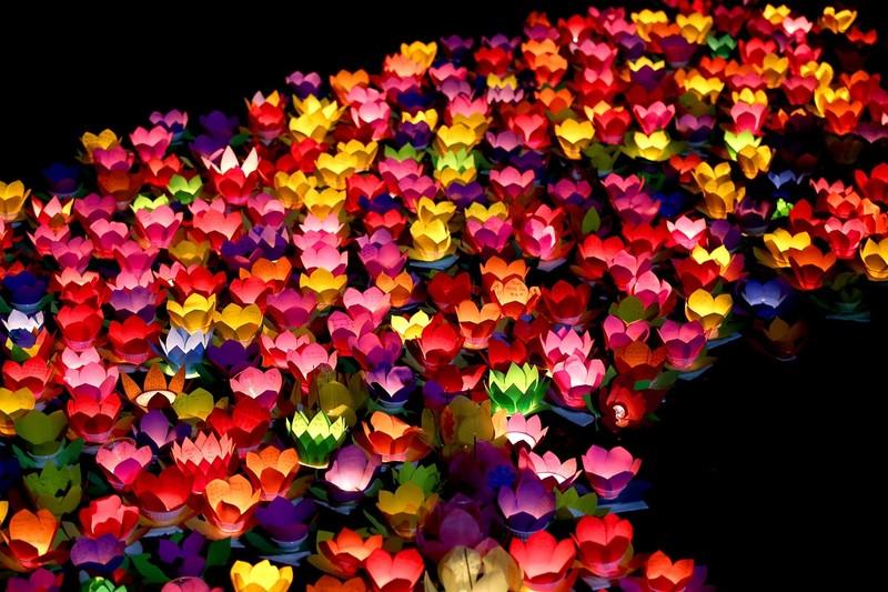 Biển người chen nhau thả hoa đăng Vu lan ở Sài Gòn - ảnh 13