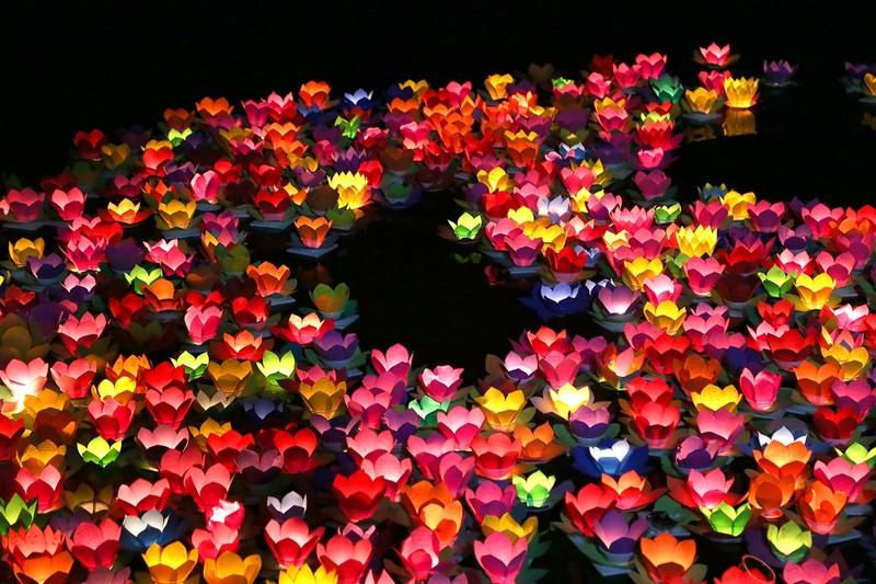 Biển người chen nhau thả hoa đăng Vu lan ở Sài Gòn - ảnh 14