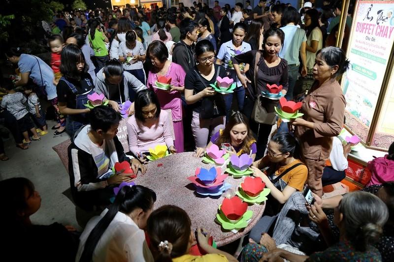 Biển người chen nhau thả hoa đăng Vu lan ở Sài Gòn - ảnh 1