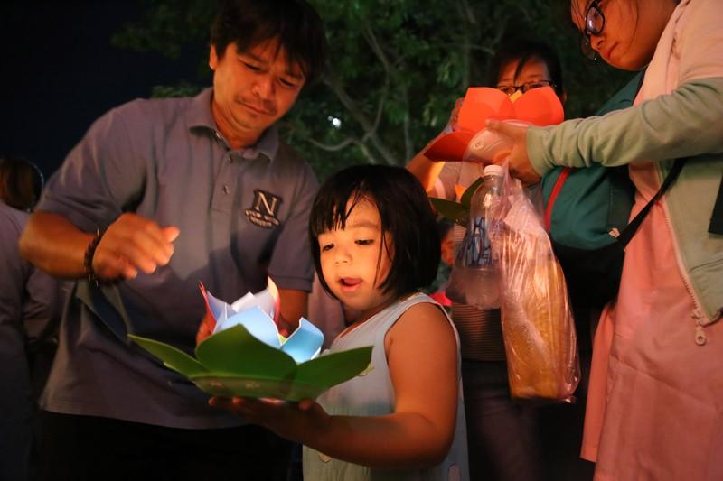 Biển người chen nhau thả hoa đăng Vu lan ở Sài Gòn - ảnh 2