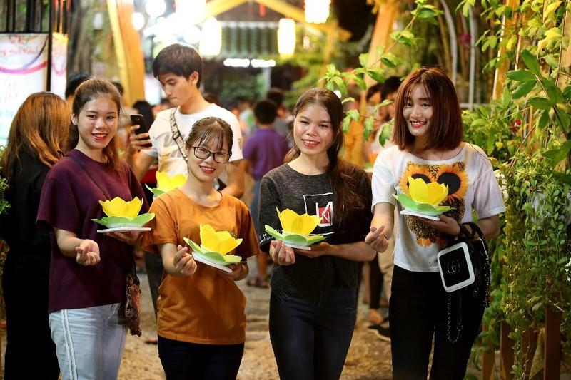 Biển người chen nhau thả hoa đăng Vu lan ở Sài Gòn - ảnh 3